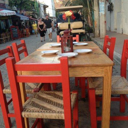Los Corazones Restaurant: Tables outside