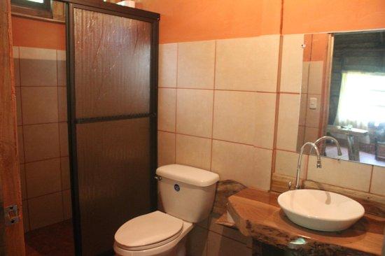 Hotel y Restaurante El Canto del Tucan: La vista del baño de una de nuestras cabañas