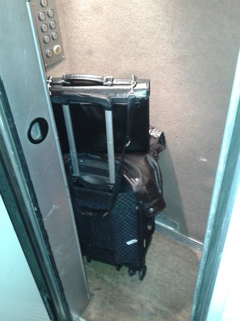 Hotel Mazagran : Tamanho do elevador....