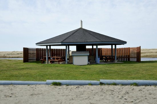 Breakers Hotel and Condo Suites: Gazebo with BBQ grills