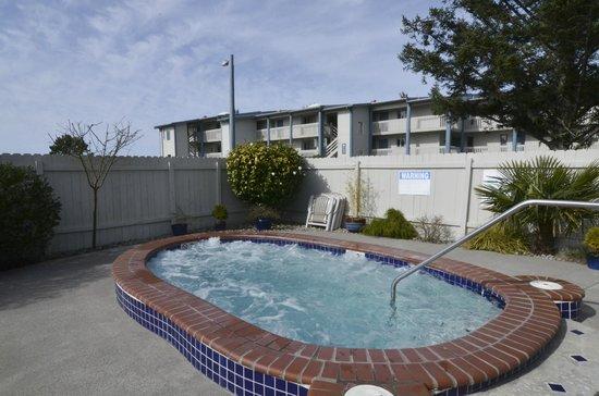 Breakers Hotel and Condo Suites: Outdoor Spa
