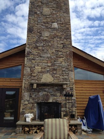 Brasstown Valley Resort & Spa: Outside Fireplace