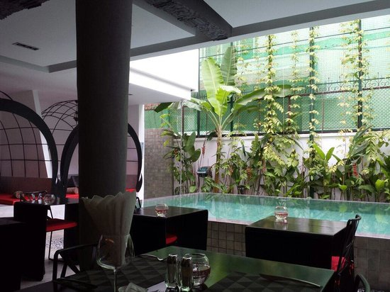 TEAV Boutique Hotel: Breakfast, lobby and pool all in the same area, like an open courtyard in the middle of this sma