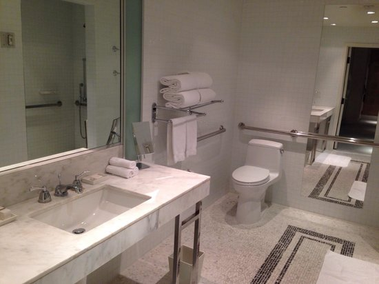 The London West Hollywood: Huge bathroom
