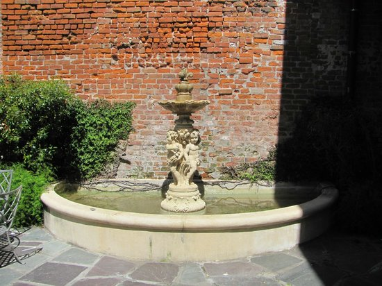 Chateau Hotel : Fountain in courtyard