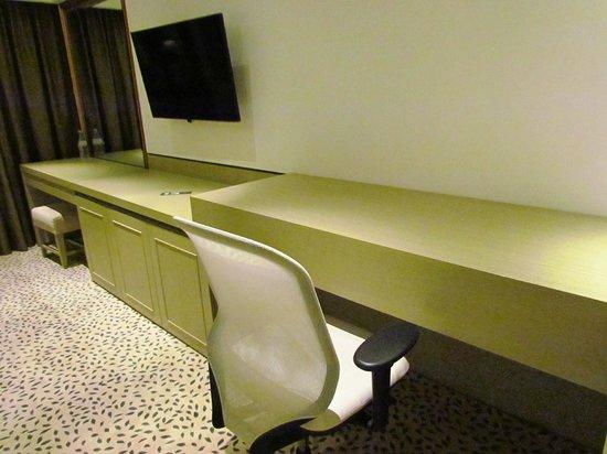 Goodwood Park Hotel: Clever desk area - closed