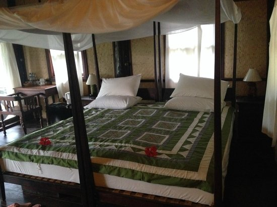 Nong Kiau River Side Rooms : huge bed