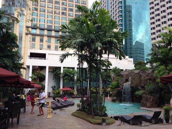 Diamond Hotel Philippines: Outdoor pool area.