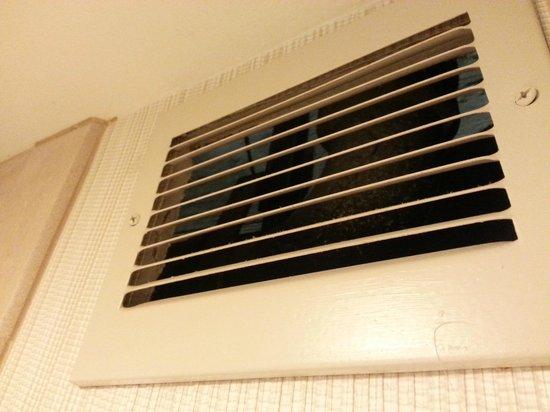 Holiday Inn Austin-Town Lake: Creepy vent in bathroom