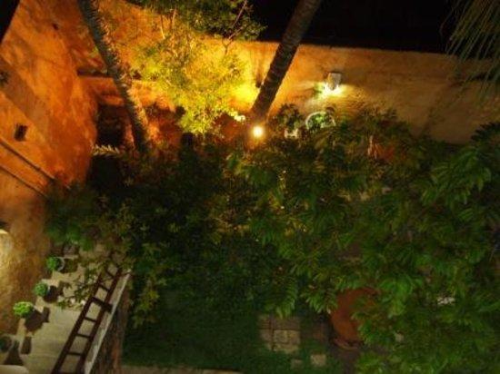 Baan@25 Villa : garden at night