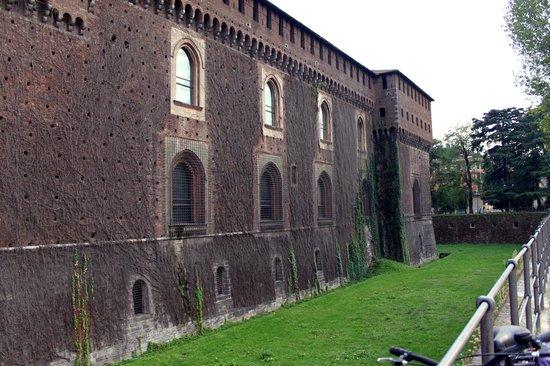 Castello Sforzesco: Ров вокруг замка