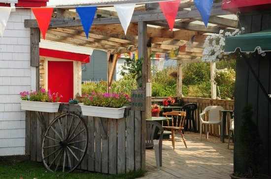 Frog Pond Cafe: quaint and colorful