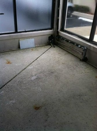 Rodeway Inn & Suites: floor dirty wires coming from wall