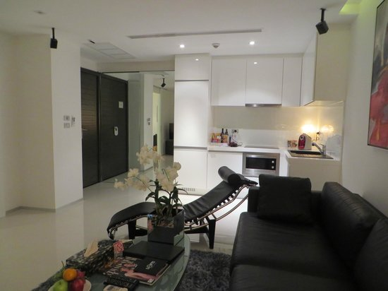BYD Lofts Boutique Hotel & Serviced Apartments: Kitchen and lounge