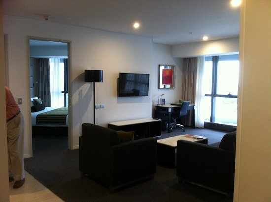 Meriton Serviced Apartments Brisbane on Herschel Street: Living area bedroom - both with great views