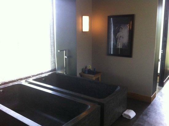 Amanoi: Spa treatment room with double bath tubs