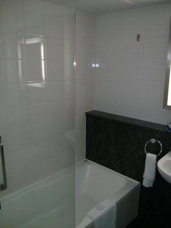 Mercure Sydney: Bathroom