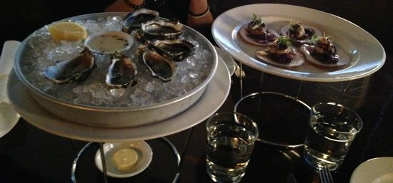 Esca Grill: yummy fresh oysters and scallops!