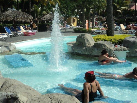 ClubHotel Riu Bachata: lounge chairs in pool