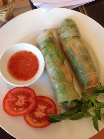 Carlo's Restaurant : Роллы из рисовых блинчиков с зеленью, креветками и свининой, очень вкусные