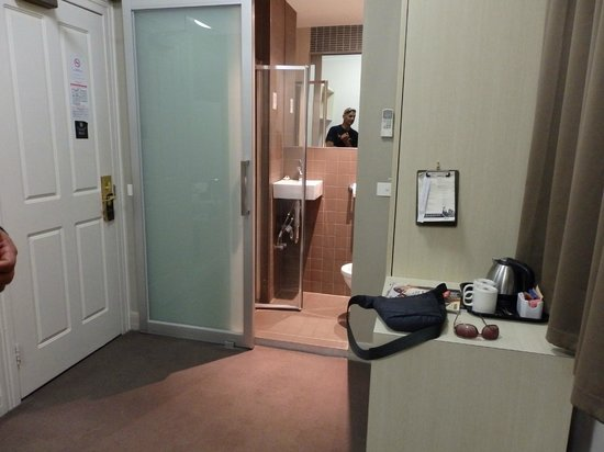 Pensione Hotel Melbourne - by 8Hotels: bathroom -tiny but functional