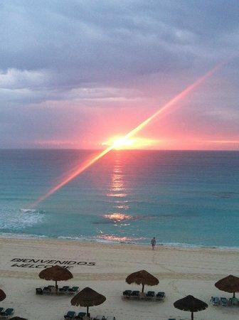 The Royal Islander All Suites Resort: Sunrise at the Royal Islander