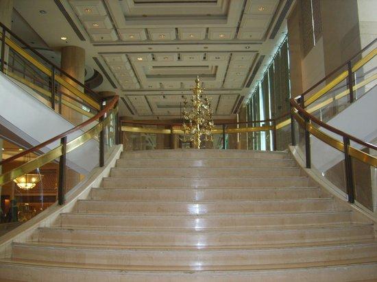 Sheraton New Delhi: stairway in lobby