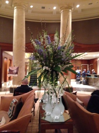 Omni Providence Hotel : Lobby floral arrangement