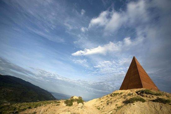 Castel di Tusa, Italy: Piramide - Mauro Staccioli, Parco Fiumara d'Arte dell'Atelier sul Mare
