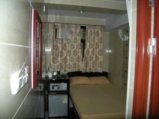 European Hostel: Номер на двоих с двумя кроватями такого же размера, только кровати разделены холодильником