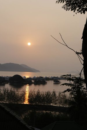 Bang Bao Cliff View Resort : Sunrise view from bungalow C1.