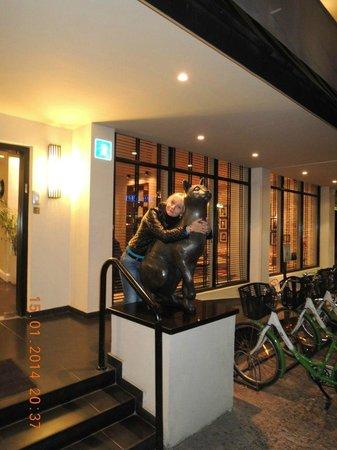 Center Chic Hotel Tel Aviv - an Atlas Boutique Hotel: Кошечки перед входом в отель))