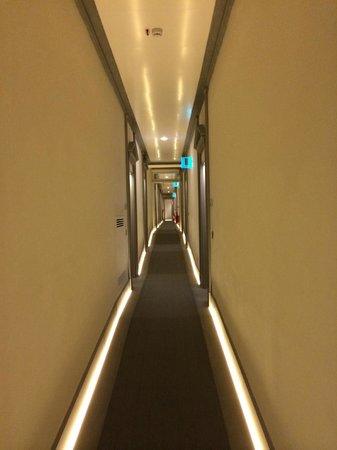 Hotel Brunelleschi: hotel corridor- funky lights!