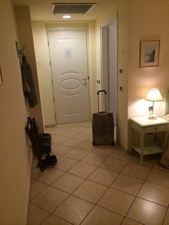 Hotel La Perla: Номер небольшой, но светлый и чистый.