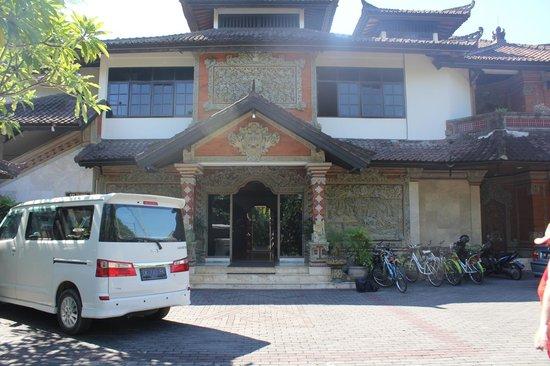 Ari Putri Hotel : Hotel Entrance