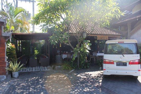 Ari Putri Hotel : Outdoor dining