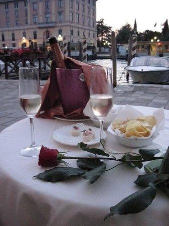 Hotel Carlton on the Grand Canal: Вечером можно посидеть за столиком отельного ресторана и посмотреть на Гранд канал.