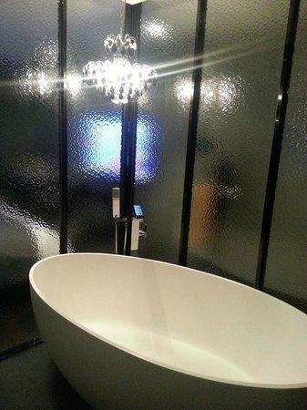 Hotel Amare Yeonsan: Nice and spacious bathroom with bathtub