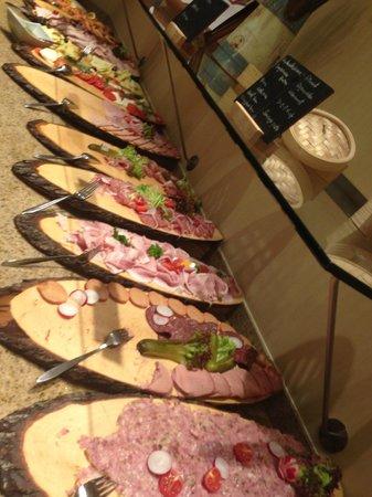 Hotel Nikko Dusseldorf: 朝食バイキング。ハムの種類が凄いです!