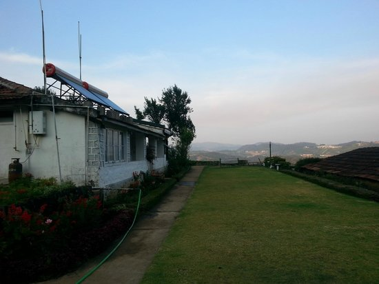 Red Hill Nature Resort: Lawn - watch sunrise from here, lake downhill