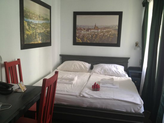 Red Chair Hotel: Double room. Small, but clean and cosy