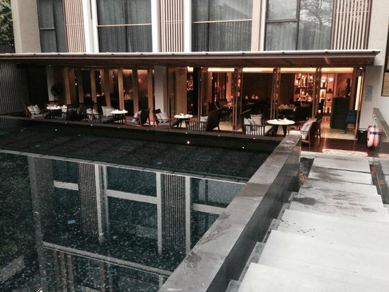 Arcadia Suites Bangkok by Compass Hospitality: pool - restaurant