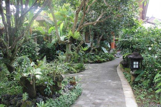 Yulia Village Inn: Gardens