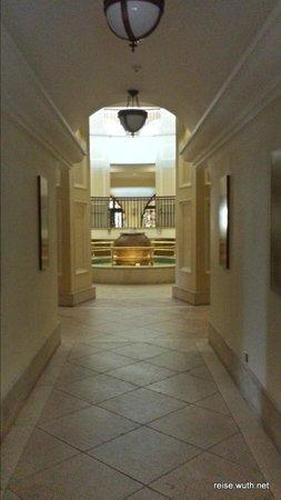 Elysium Hotel: Zugang zur unteren Lobby von der Garage aus kommend
