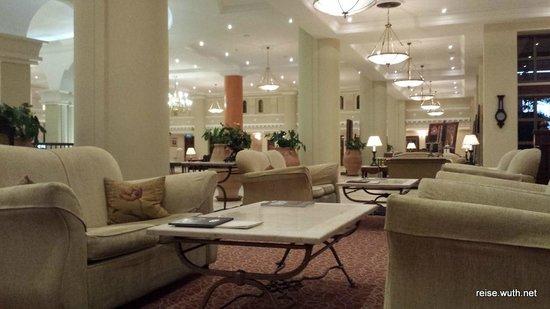 Elysium Hotel: Lobby. gemütliche Sofas laden zum verweilen ein.