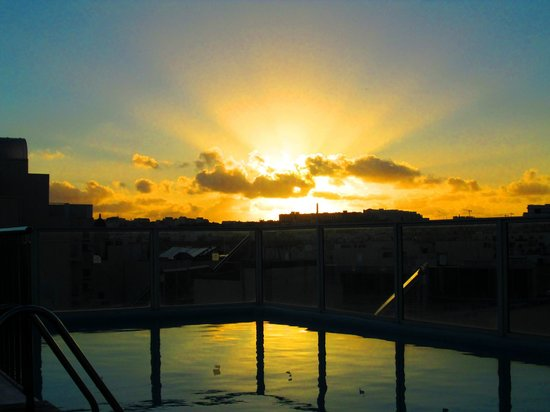 Bayview Hotel & Apartments: Sunset at the Rooftop Poolside