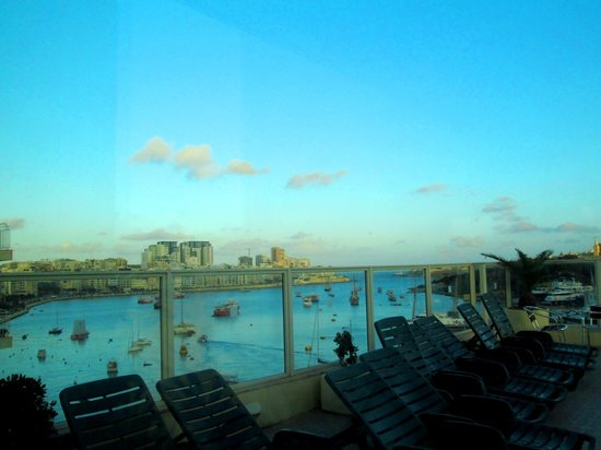 Bayview Hotel & Apartments : Panoramic View of Sliema Bay from the Poolside
