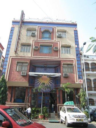 โรงแรมเดอะ ซันคอร์ท ยาทรี: front entrance.