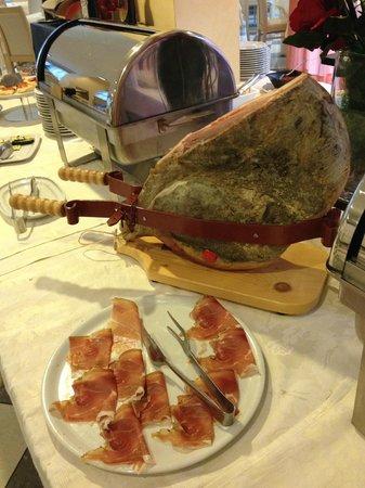 Hotel Augustus Riccione: Linea colazione - prosciutto al coltello
