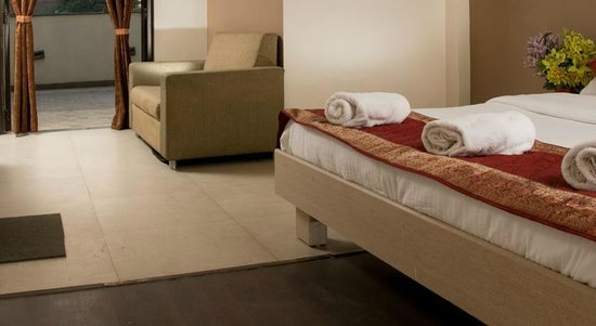 Pacific Inn Huda City Center: Suit Room